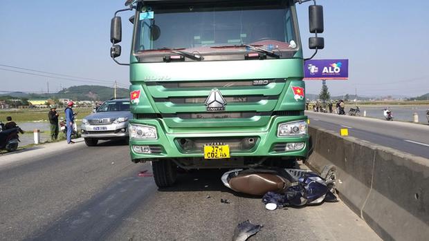 Thương tâm: Người phụ nữ tử vong tại chỗ sau va chạm với xe tải, thi thể không còn nguyên vẹn - Ảnh 1.
