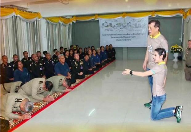 """Sau 4 tháng được phục vị, lần đầu tiên Hoàng quý phi Thái Lan xuất hiện riêng với nhà vua đi thăm lại """"lãnh cung"""" giam giữ mình thời bị phế truất - Ảnh 2."""