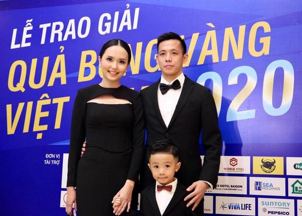 Ca sĩ khách mời Phạm Anh Khoa gặp sự cố hài hước trong tiệc mừng Văn Quyết giành Quả bóng vàng 2020 - Ảnh 2.