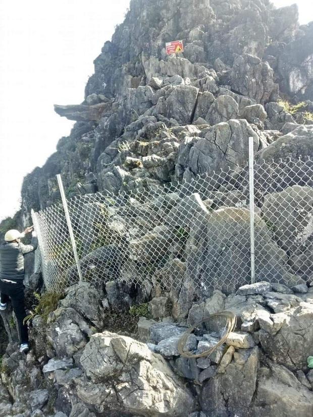 Dân phượt từ nay hết cửa check-in ở mỏm đá tử thần trên đèo Mã Pí Lèng sau vụ du khách trượt chân rơi xuống khe đá - Ảnh 1.