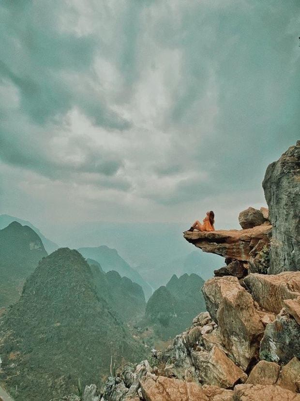 Dân phượt từ nay hết cửa check-in ở mỏm đá tử thần trên đèo Mã Pí Lèng sau vụ du khách trượt chân rơi xuống khe đá - Ảnh 2.