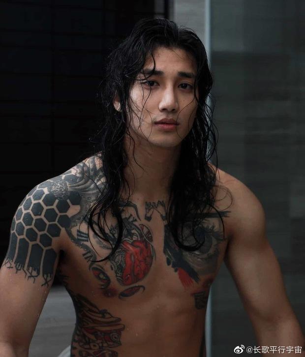 Aquaman châu Á khiến MXH náo loạn vì hình ảnh xuống tóc, mặc áo nhà sư: Body lực lưỡng cực quyến rũ, bảo sao chị em mê mệt - Ảnh 9.