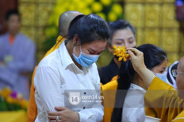 Xót xa hình ảnh bố mẹ Vân Quang Long lặng lẽ bên mộ phần của con trai, lên tiếng nói rõ chuyện không nhận cháu gây xôn xao - Ảnh 9.