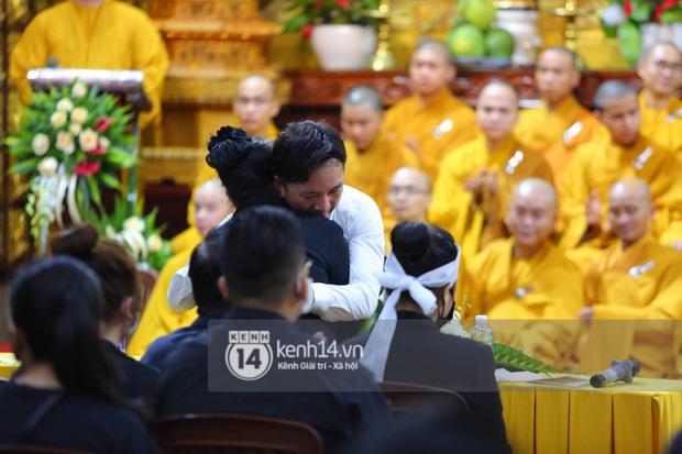 Xót xa hình ảnh bố mẹ Vân Quang Long lặng lẽ bên mộ phần của con trai, lên tiếng nói rõ chuyện không nhận cháu gây xôn xao - Ảnh 8.