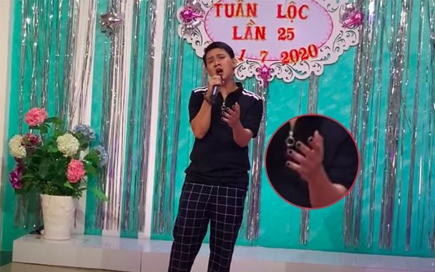 Netizen đào clip Hoài Lâm hát Hoa Nở Không Màu ở tiệc sinh nhật nhưng gây chú ý hơn cả là bộ nail hết sức nữ tính - Ảnh 3.