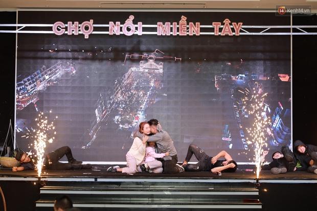 Mạc Văn Khoa xuất hiện ngọt ngào bên vợ mới cưới, bộ đôi Lý Hải - Minh Hà bám nhau tình tứ ở buổi ra mắt phim Tết Lật Mặt - Ảnh 2.