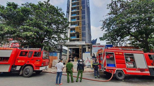 TP.HCM: Cháy công trình xây dựng toà nhà cao tầng, 3 người bị mắc kẹt kêu cứu - Ảnh 1.