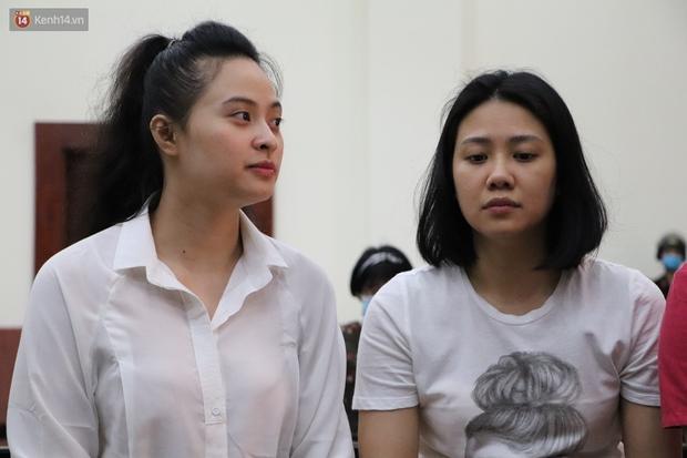 Chùm ảnh: Nữ bị cáo Lê Hương Giang bật khóc nức nở, ông trùm ma túy Văn Kính Dương cùng người tình tươi cười rời tòa - Ảnh 2.