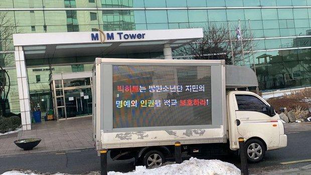 Đang yên đang lành, fan bỗng thuê xe tải uy hiếp Big Hit đòi quyền lợi cho Jimin (BTS), Knet ngán ngẩm tưởng antifan giả danh hại idol - Ảnh 1.