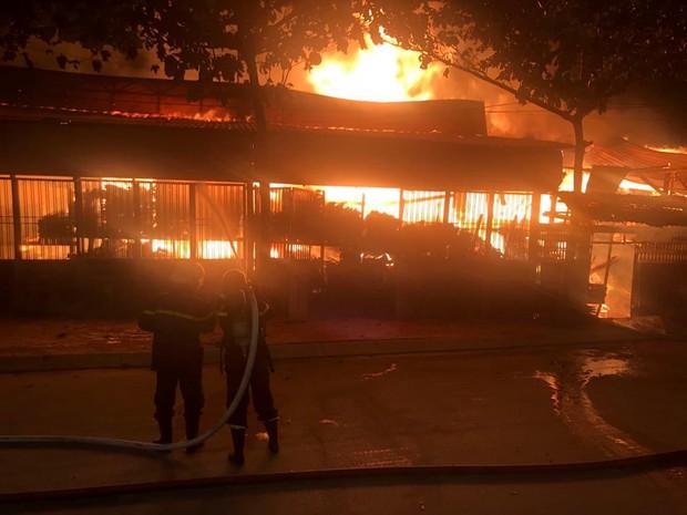 TP.HCM: Xưởng gỗ cháy rực sáng cả bầu trời, nhiều người ôm tài sản tháo chạy - Ảnh 4.