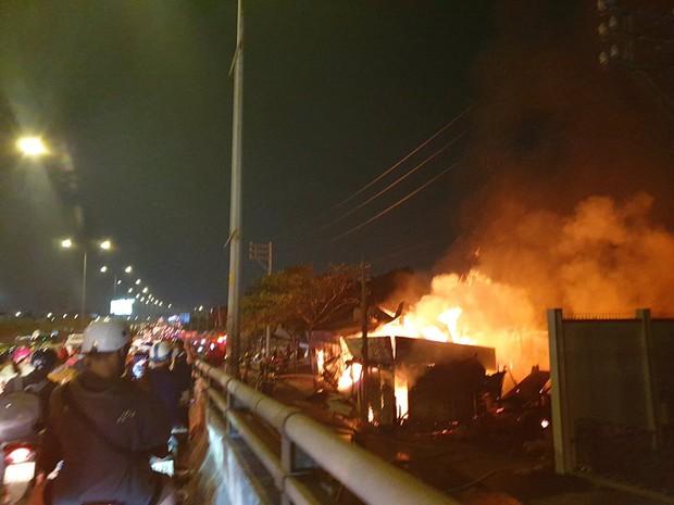 TP.HCM: Xưởng gỗ cháy rực sáng cả bầu trời, nhiều người ôm tài sản tháo chạy