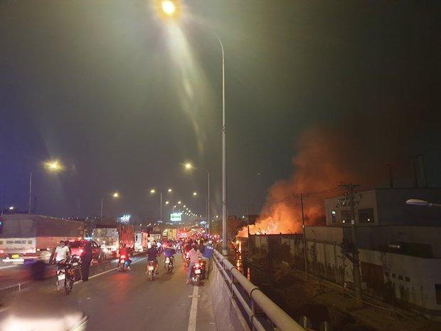 TP.HCM: Xưởng gỗ cháy rực sáng cả bầu trời, nhiều người ôm tài sản tháo chạy - Ảnh 2.