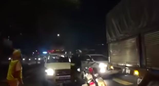 TP.HCM: Bị chặn xe, tài xế chở thuốc lá lậu tăng ga bỏ chạy rồi tông vào xe của CSGT - Ảnh 1.
