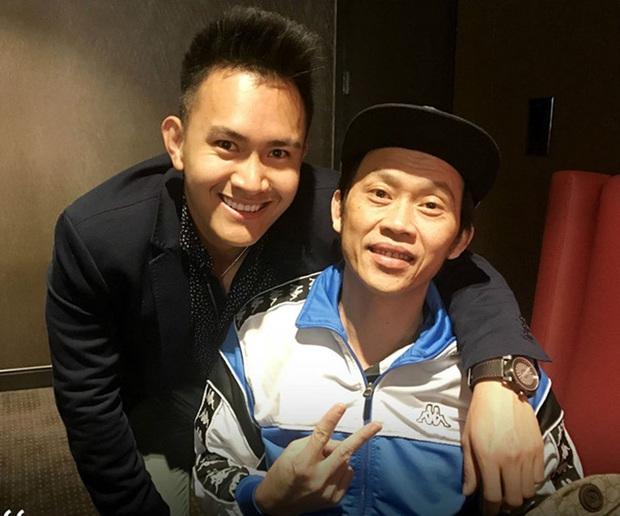 Nghệ sĩ Hoài Linh chưa thể bay qua Mỹ, con trai thay mặt đến viếng cố NS Chí Tài - Ảnh 6.