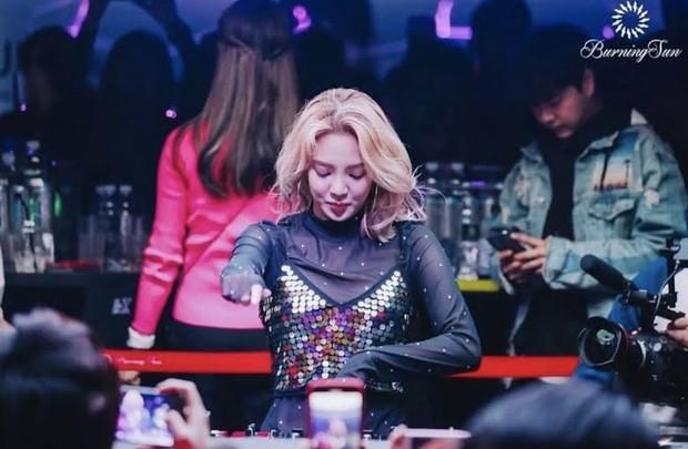 Netizen đào lại ảnh Hyoyeon check-in với Seungri, ráo riết truy lùng nữ diễn viên phê ma túy sùi bọt mép trong vụ Burning Sun - Ảnh 3.