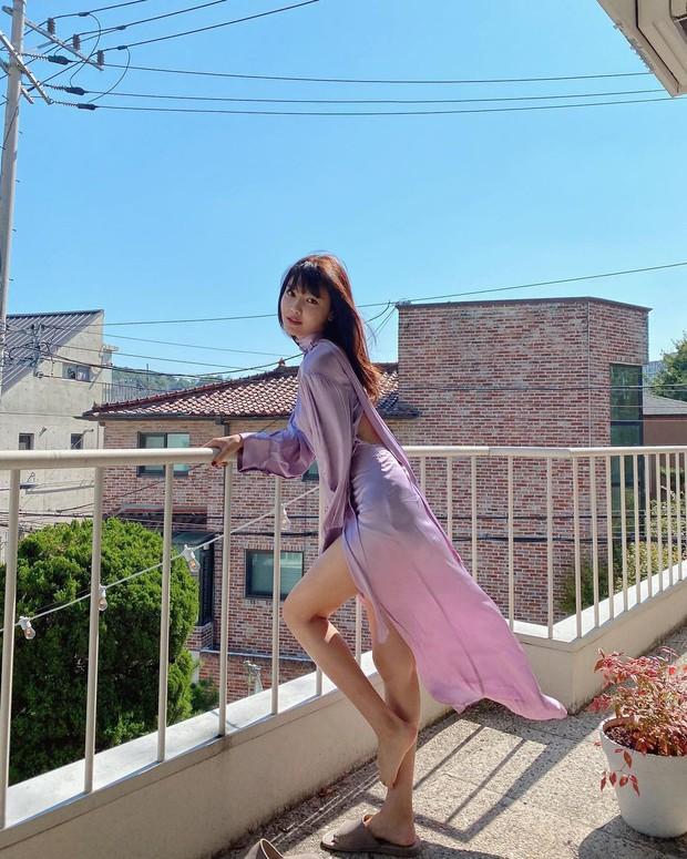 Jessica, Sooyoung đụng hàng nhưng khác quá: Người diện giày hiệu, người đi dép lê vẫn khoe được dáng nuột - Ảnh 4.