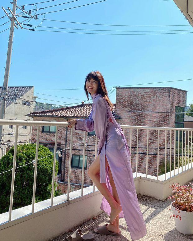 Jessica, Sooyoung đụng hàng nhưng khác quá: Người diện giày hiệu, người đi dép lê vẫn khoe được dáng nuột - Ảnh 3.