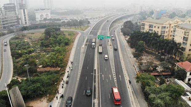 Hàng loạt ô tô bất chấp nguy hiểm, biển cấm, ngang nhiên quay đầu trên tuyến đường cao tốc đẹp nhất Hà Nội - Ảnh 1.