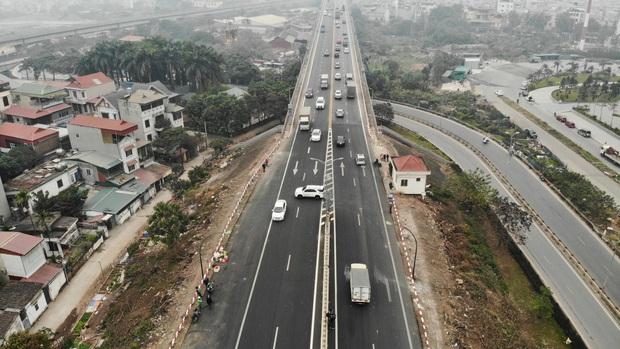 Hàng loạt ô tô bất chấp nguy hiểm, biển cấm, ngang nhiên quay đầu trên tuyến đường cao tốc đẹp nhất Hà Nội - Ảnh 3.