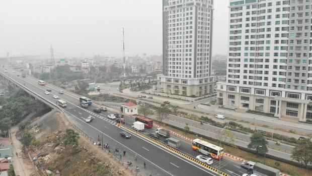Hàng loạt ô tô bất chấp nguy hiểm, biển cấm, ngang nhiên quay đầu trên tuyến đường cao tốc đẹp nhất Hà Nội - Ảnh 2.