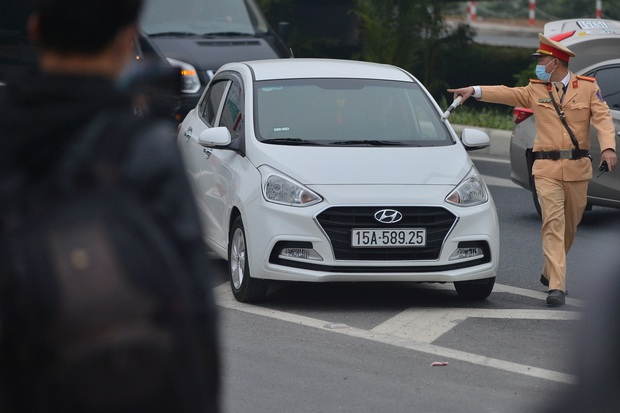 Hàng loạt ô tô bất chấp nguy hiểm, biển cấm, ngang nhiên quay đầu trên tuyến đường cao tốc đẹp nhất Hà Nội - Ảnh 7.