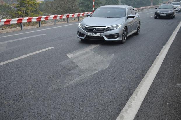 Hàng loạt ô tô bất chấp nguy hiểm, biển cấm, ngang nhiên quay đầu trên tuyến đường cao tốc đẹp nhất Hà Nội - Ảnh 11.