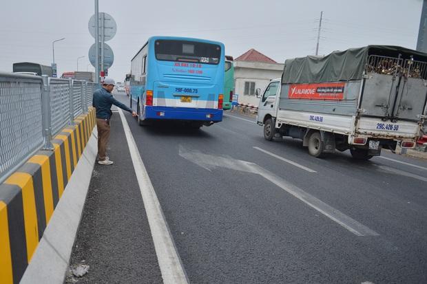 Hàng loạt ô tô bất chấp nguy hiểm, biển cấm, ngang nhiên quay đầu trên tuyến đường cao tốc đẹp nhất Hà Nội - Ảnh 10.