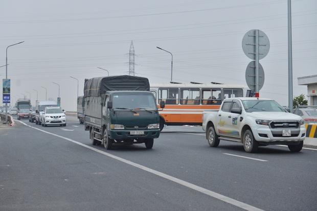 Hàng loạt ô tô bất chấp nguy hiểm, biển cấm, ngang nhiên quay đầu trên tuyến đường cao tốc đẹp nhất Hà Nội - Ảnh 6.