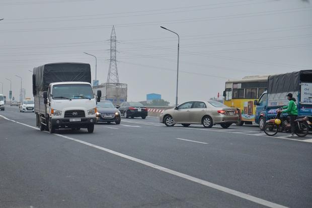 Hàng loạt ô tô bất chấp nguy hiểm, biển cấm, ngang nhiên quay đầu trên tuyến đường cao tốc đẹp nhất Hà Nội - Ảnh 15.