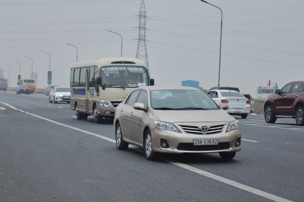 Hàng loạt ô tô bất chấp nguy hiểm, biển cấm, ngang nhiên quay đầu trên tuyến đường cao tốc đẹp nhất Hà Nội - Ảnh 5.
