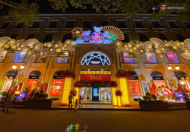 Gia đình trâu ngộ nghĩnh xuống phố Sài Gòn đón Tết Tân Sửu 2021 khiến nhiều người thích thú - Ảnh 1.