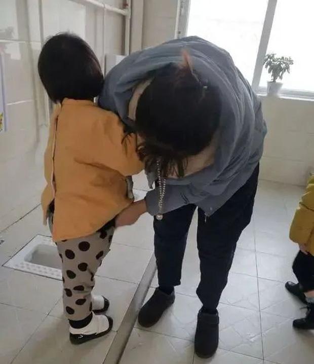 Con gái ị đùn ra quần trong lớp, cô giáo vứt quần áo lót bẩn đi, bà mẹ đòi bồi thường 35 triệu vì dám hủy hoại tài sản - Ảnh 2.