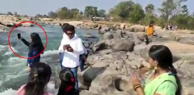 Đang selfie, cô gái trẻ chết thảm thương giữa dòng nước chảy xiết chỉ bởi 1 cú đẩy, đoạn clip hiện trường gây ám ảnh - Ảnh 2.