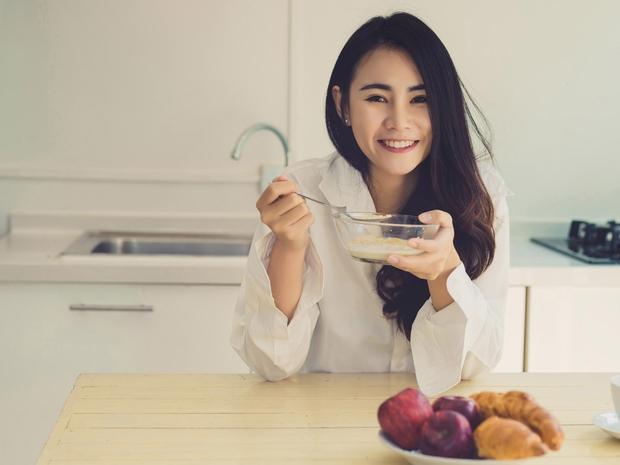 4 việc phụ nữ làm trước khi đi ngủ có thể đẩy nhanh quá trình lão hóa của cơ thể nhưng nhiều người không biết - Ảnh 2.