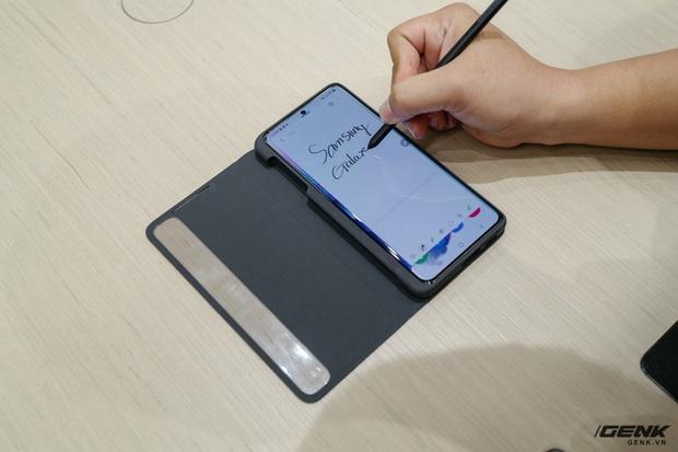 Galaxy S21 Ultra hỗ trợ S Pen, nhưng phải mua riêng và cần ốp lưng giá 70 USD để cắm bút - Ảnh 1.