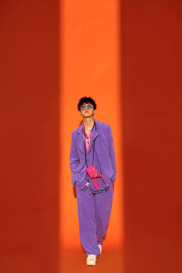 Hết sờ lên poster của R.Tee, bạn gái cũ Quang Hải lại chuyển sang mặc áo in hình nam rapper? - Ảnh 3.