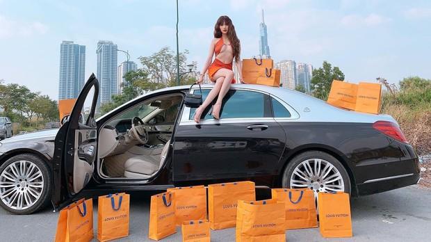 Ngọc Trinh hở gần 2/3 vòng 1 trước ống kính, ngồi trên nóc siêu xe rồi rải túi hiệu phô trương đẳng cấp: Có giàu nhưng liệu có sang? - Ảnh 4.