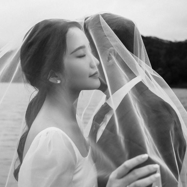 Tổng giám đốc Phan Thành tự tay khoe thiệp mời và hé lộ ảnh cưới đẹp xỉu, dân tình nôn nóng đếm ngược tới giờ G - Ảnh 1.