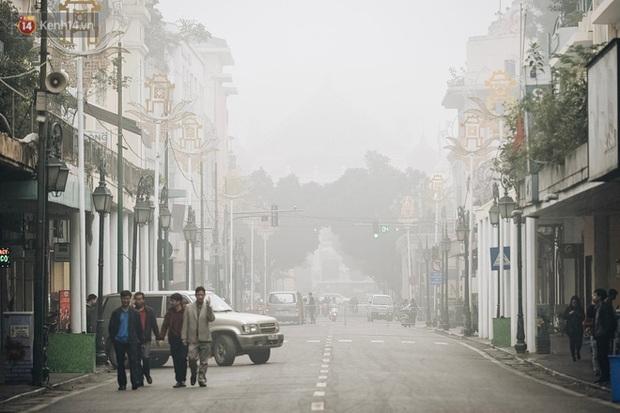 Hà Nội 11 độ C, sương mù giăng kín lối khiến cả thành phố như chơi trốn tìm - Ảnh 1.