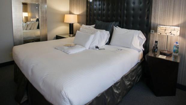 Anh chàng nhận phòng khách sạn liền lên giường đạp tung toé chăn ga - hành động này lột tả thói quen của 90% chúng ta - Ảnh 4.