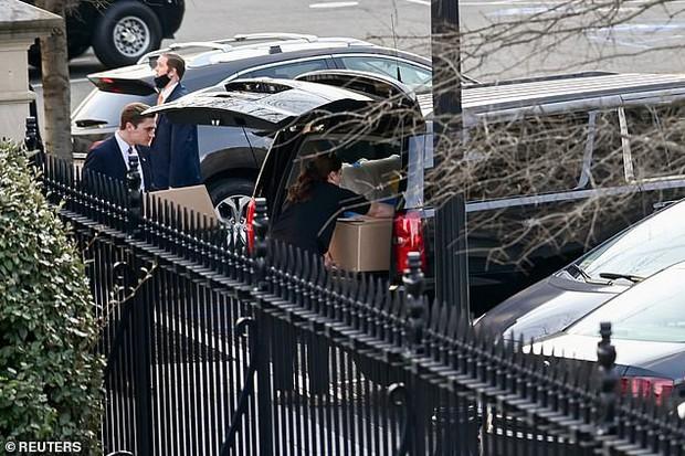 Ít ngày nữa phải chính thức rời Nhà Trắng, bà Melania Trump lặng lẽ sắp xếp đồ vì sợ làm chồng nổi giận, hành lý đang được chuyển ra ngoài - Ảnh 3.