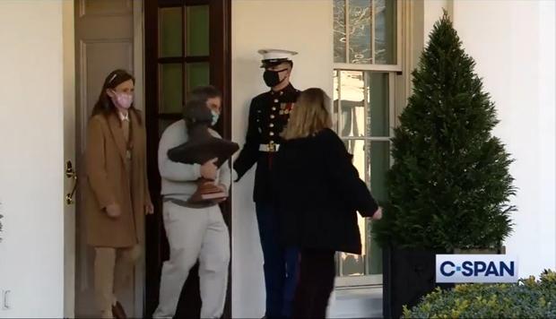 Ít ngày nữa phải chính thức rời Nhà Trắng, bà Melania Trump lặng lẽ sắp xếp đồ vì sợ làm chồng nổi giận, hành lý đang được chuyển ra ngoài - Ảnh 4.
