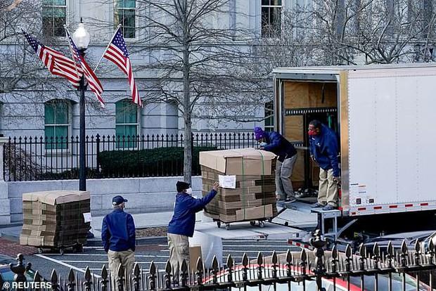 Ít ngày nữa phải chính thức rời Nhà Trắng, bà Melania Trump lặng lẽ sắp xếp đồ vì sợ làm chồng nổi giận, hành lý đang được chuyển ra ngoài - Ảnh 5.