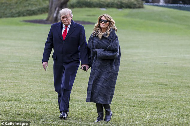 Ít ngày nữa phải chính thức rời Nhà Trắng, bà Melania Trump lặng lẽ sắp xếp đồ vì sợ làm chồng nổi giận, hành lý đang được chuyển ra ngoài - Ảnh 1.