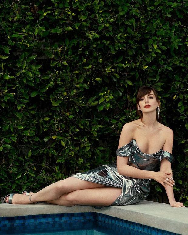 Yêu nữ thích hàng hiệu Anne Hathaway khoe vòng 1 gợi cảm khó cưỡng ở tuổi 38 - Ảnh 2.
