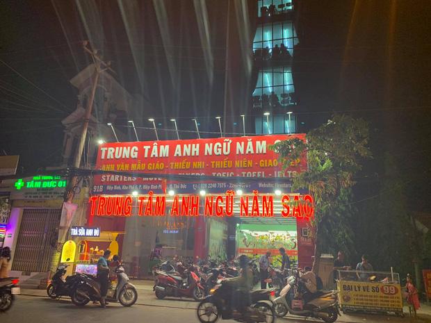 Cô giáo cùng 5 học sinh mắc kẹt, hoảng loạn kêu cứu trong thang máy trung tâm tiếng Anh ở Sài Gòn - Ảnh 1.