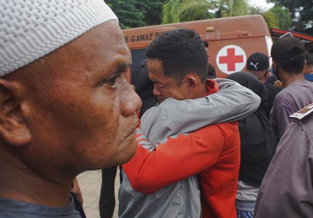 Indonesia chạy đua với thời gian để cứu hộ người bị mắc kẹt trong đống đổ nát sau động đất - Ảnh 1.