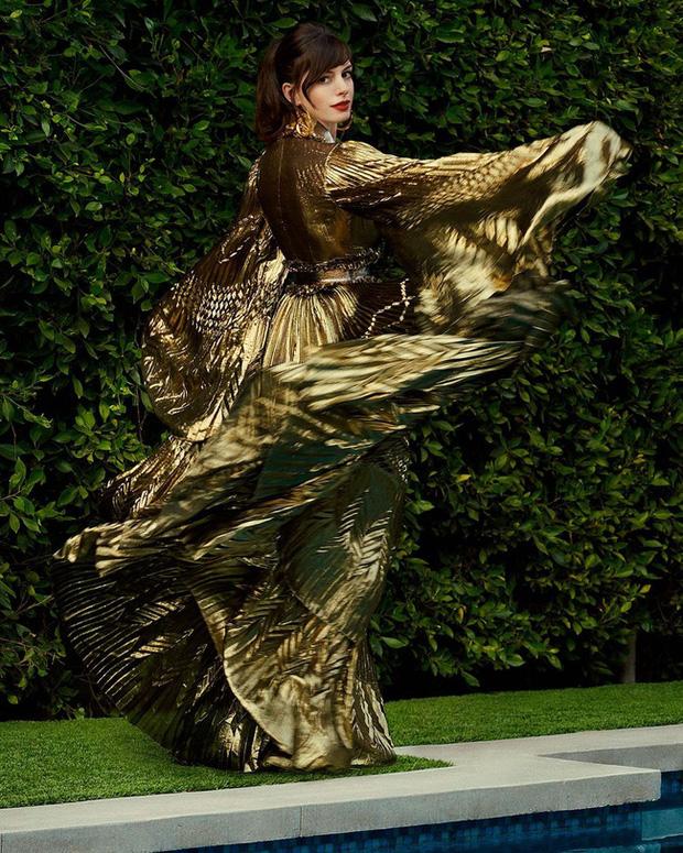 Yêu nữ thích hàng hiệu Anne Hathaway khoe vòng 1 gợi cảm khó cưỡng ở tuổi 38 - Ảnh 4.