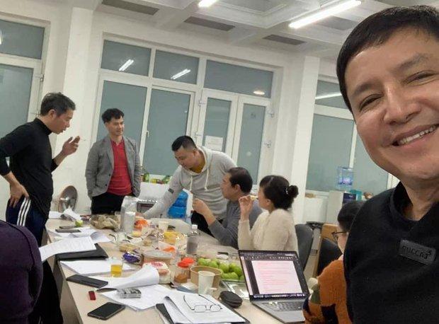Ảnh hậu trường Táo Quân 2021 hé lộ bữa ăn vội của dàn nghệ sĩ tập luyện tận khuya: Nhìn bàn ăn mà fan không khỏi lo lắng! - Ảnh 3.