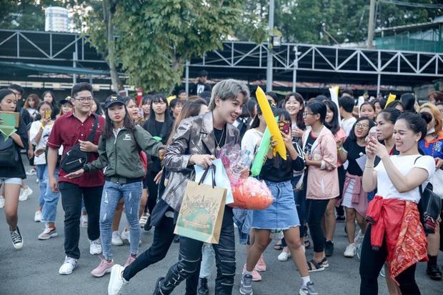 Clip: Jack te tua sau khi thoát khỏi biển fan đông nườm nượp, netizen bình phẩm: Ủa nhìn giống tình cảnh idol Kpop vậy? - Ảnh 3.